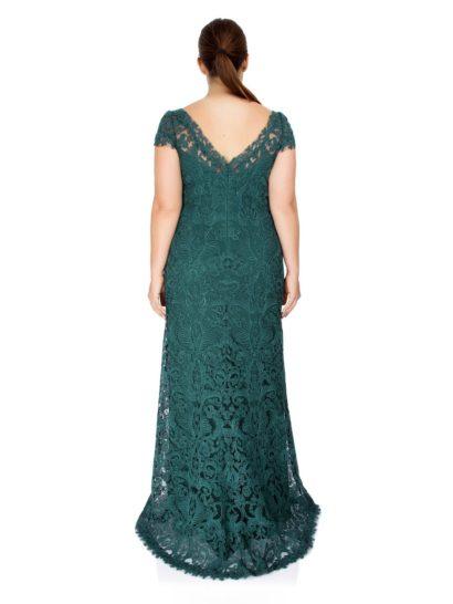 Прямое вечернее платье изумрудного оттенка с округлым декольте и фактурной вышивкой.