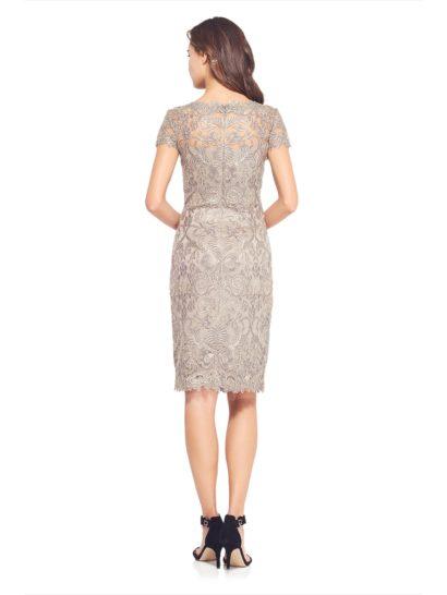 Дымчато-жемчужное коктейльное платье с фактурной отделкой и коротким рукавом.