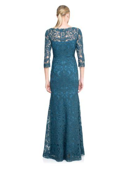 Вечернее платье с объемной отделкой и V-образным вырезом декольте.