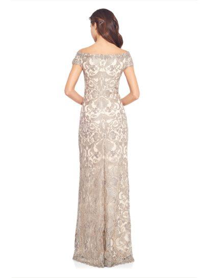 Бежевое вечернее платье прямого кроя с портретным декольте и вышивкой по всей длине.