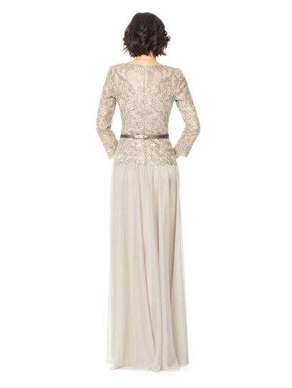 Серебристое вечернее платье прямого кроя с поясом и изящным длинным рукавом.