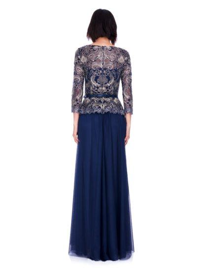 Вечернее платье темно-синего цвета с длинным рукавом и узким поясом на талии.