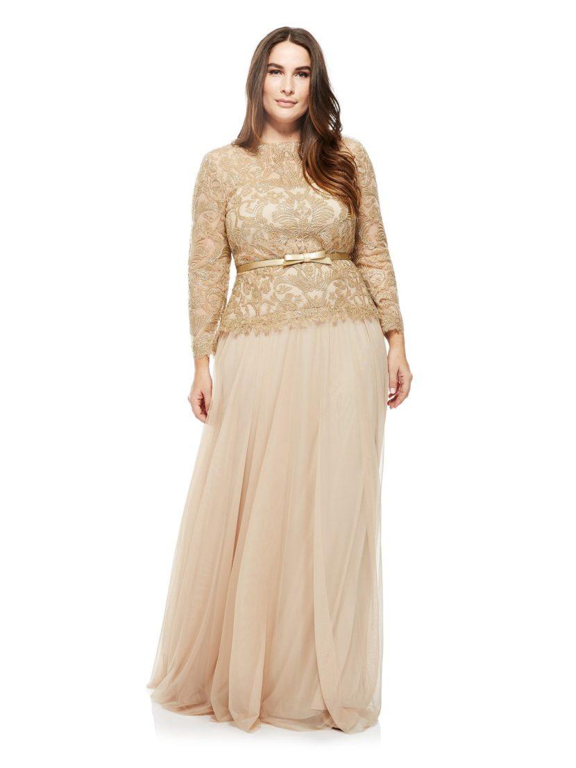 Стильное вечернее платье жемчужного оттенка с закрытым верхом, дополненное поясом.