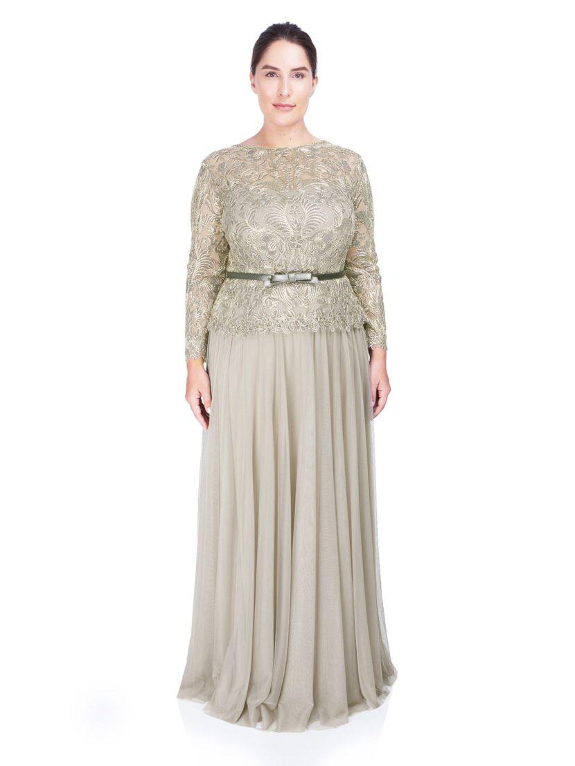 Вечернее платье песочного оттенка с закрытым верхом и юбкой прямого кроя.