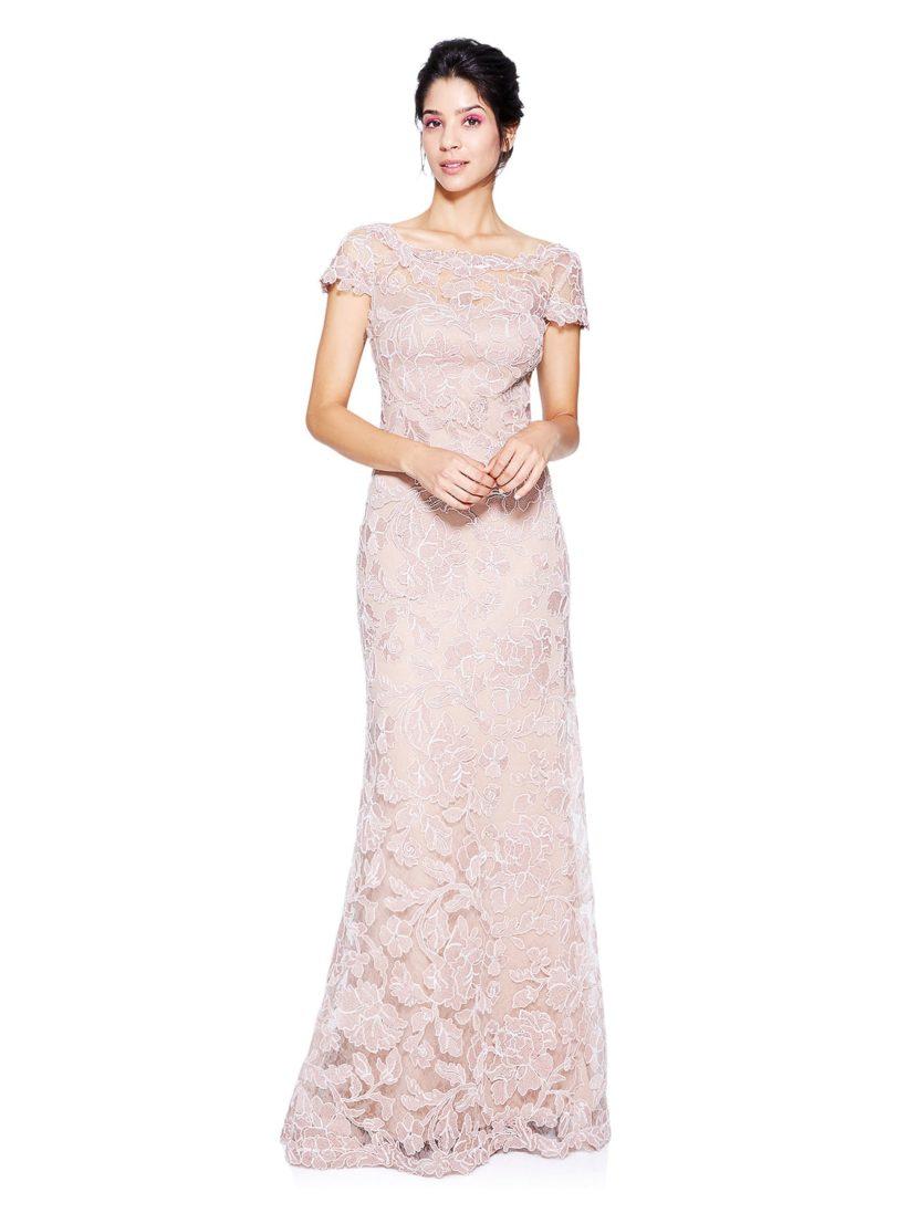 Розовое вечернее платье с коротким рукавом и вышивкой с пионами по всей длине.
