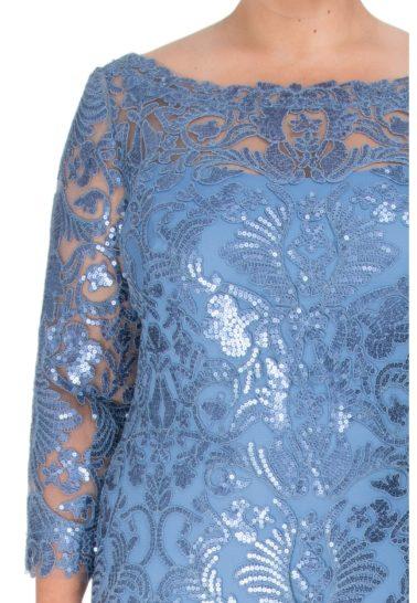 Голубое вечернее платье с рукавом три четверти, покрытое сияющей вышивкой.