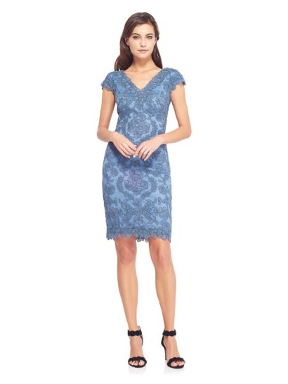 Подчеркните свою индивидуальность насыщенным оттенком коктейльного платья – этот образ поможет вам по-настоящему выделиться!  Полностью покрытое кружевом платье мягко облегает фигуру, что делает его невероятно женственным.  Усиливает впечатление выразительное декольте V-образной формы.