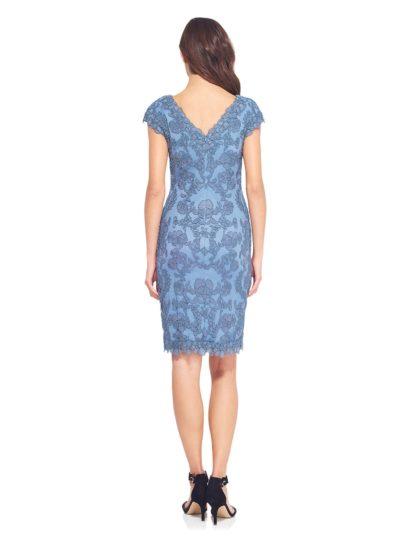 Голубое коктейльное платье с коротким рукавом и V-образным вырезом, покрытое кружевом.