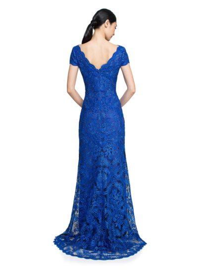 Вечернее платье с металлическим блеском вышивки и элегантным облегающим силуэтом.