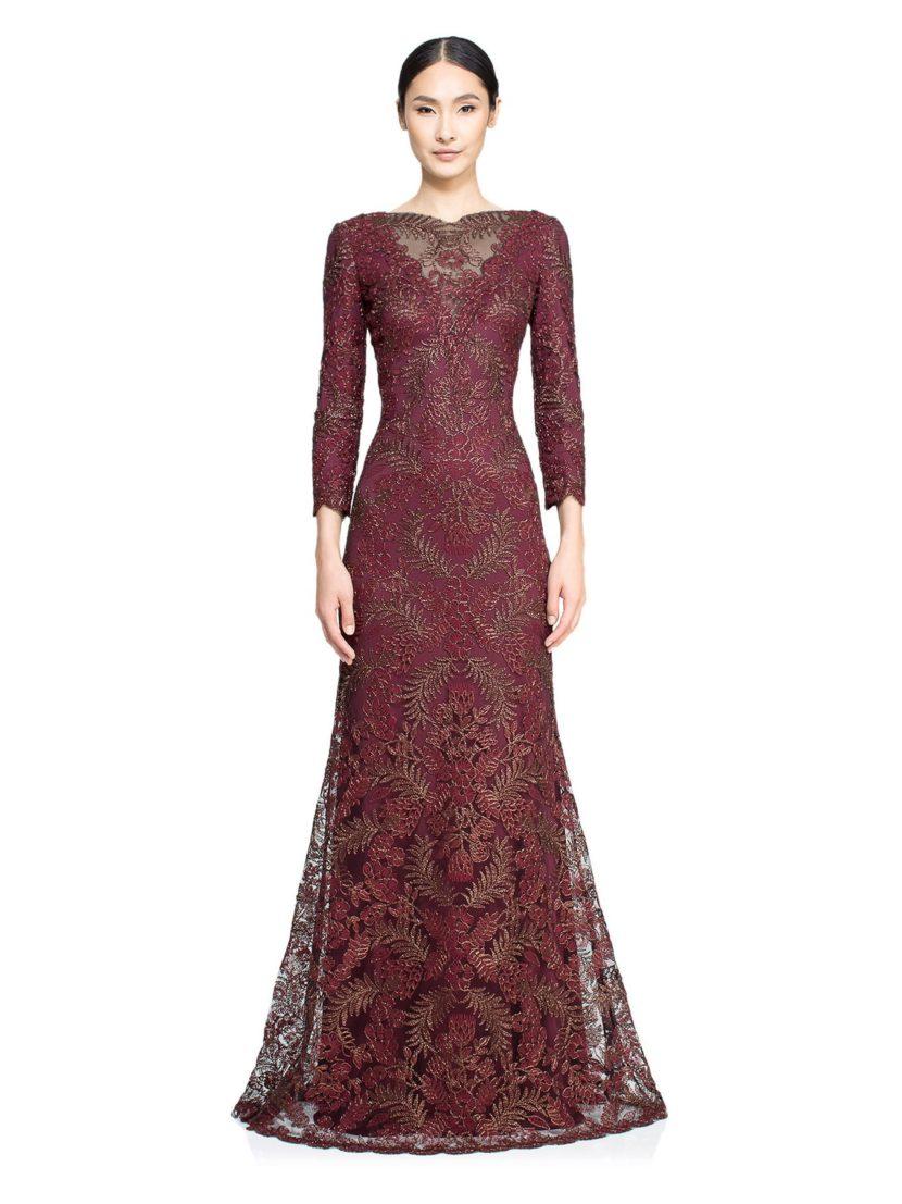 Бордовое вечернее платье с длинным рукавом, покрытое сверкающей вышитой тканью.