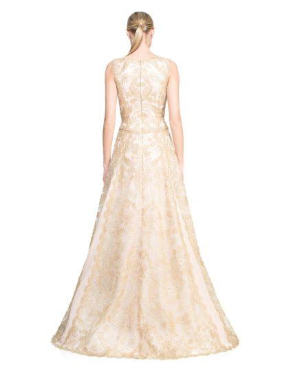 Фактурное вечернее платье с закрытым лифом, декорированное золотистым кружевом.