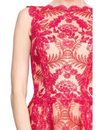 Вечернее платье с отделкой из алого кружева и юбкой бального кроя длиной в пол.