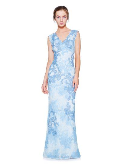 Это вечернее платье наполнено элегантностью, оно покоряет акварельными узорами кружева, покрывающего ткань по всей длине.  Деликатный V-образный вырез красиво оформляет область декольте, его широкие бретели придают образу непринужденное очарование.  Сзади спинку открывает не менее притягательный вырез.