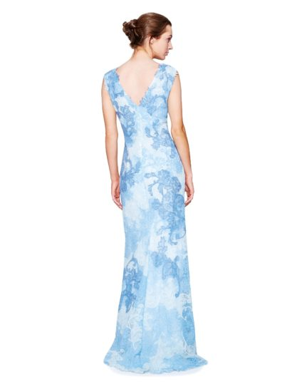 Голубое вечернее платье с оригинальной кружевной отделкой и V-образным вырезом.