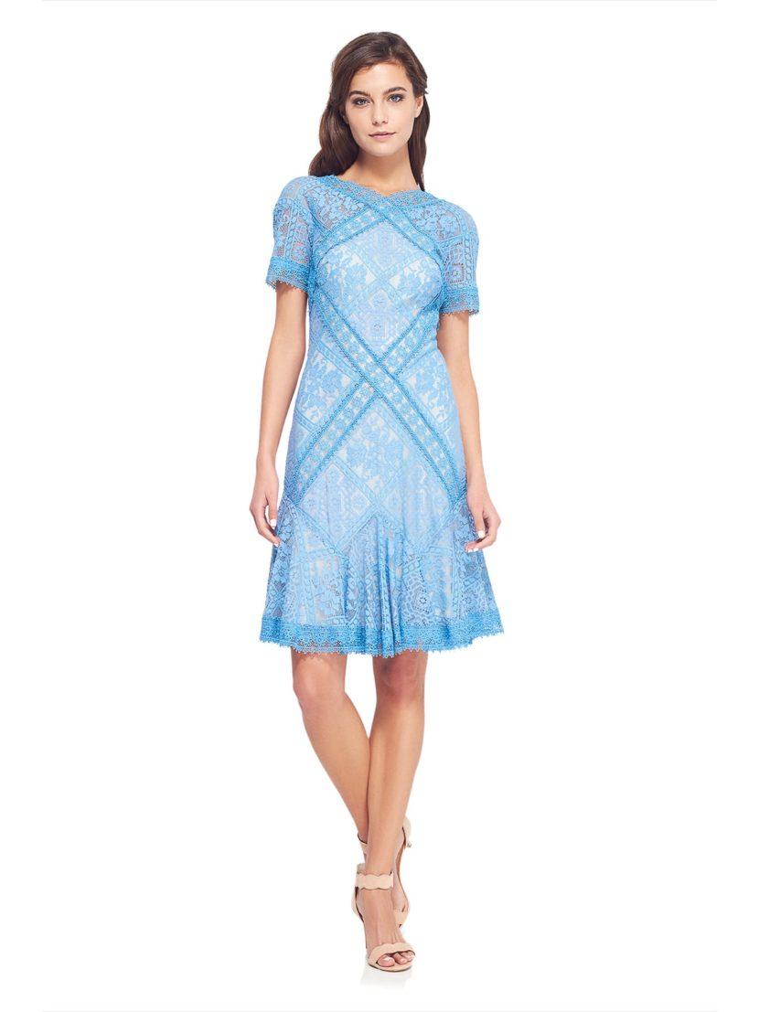 Полностью покрытое кружевом голубое коктейльное платье А-силуэта с коротким рукавом.