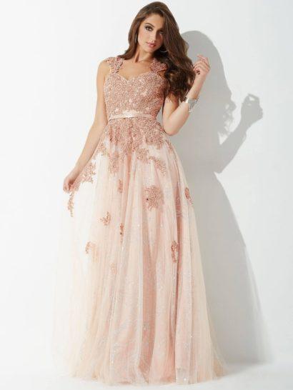 Эффектное розовое вечернее платье создает прекрасный, полный женственности образ. Многослойная юбка длиной в пол покрыта сверху аппликациями и вышивкой, такой же декор покрывает корсет. Область декольте очерчена вырезом-сердечком с широкими бретелями, покрытыми бисерным декором. На талии выделяется лаконичный узкий пояс из розовой атласной ткани.