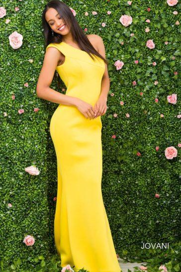 Лимонно-желтое вечернее платье прямого кроя с эффектным асимметричным верхом.