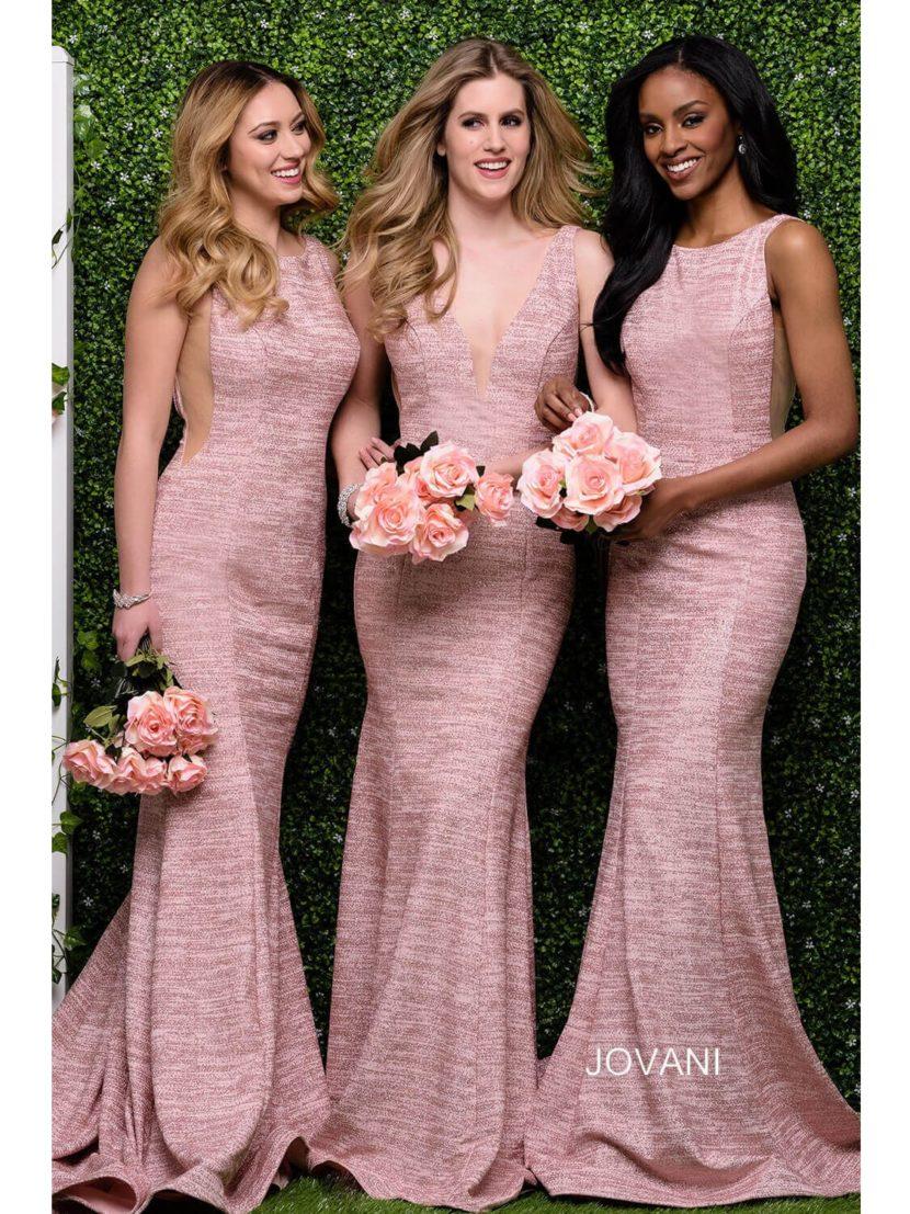 Розовое вечернее платье облегающего кроя с закрытым верхом или вырезом.