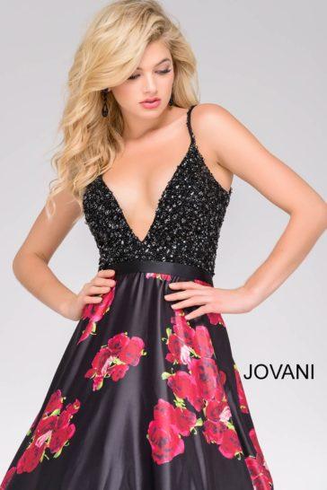Вечернее платье со сверкающим лифом и юбкой А-силуэта с цветочным узором.