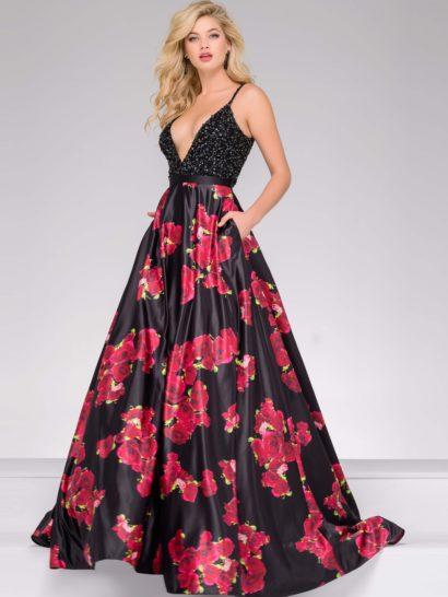 Черное вечернее платье силуэта «принцесса» позволяет создать незабываемый драматичный образ. Объемная юбка выполнена из атласной ткани с крупным цветочным рисунком. Дополняют юбку скрытые карманы. Лиф с глубоким V-образным вырезом декольте полностью покрыт бисерной вышивкой. Сверху располагаются бретели-спагетти. Сзади платье открыто эффектным глубоким вырезом.