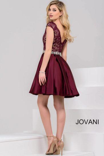 Бордовое вечернее платье А-силуэта с юбкой до колена и стильным V-образным лифом.