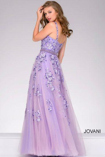Фиолетовое вечернее платье с открытым лифом на узких бретелях и юбкой А-силуэта.
