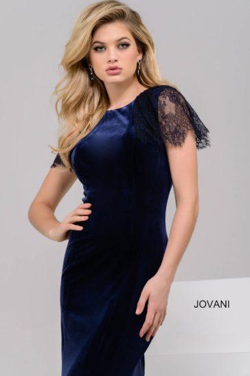 Темно-синее вечернее платье облегающего кроя с открытой спинкой и кружевным рукавом.