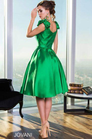 Изумрудно-зеленое вечернее платье длиной до колена с изящным V-образным вырезом.