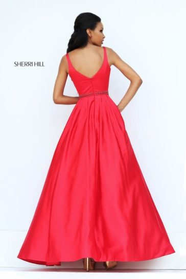 Алое вечернее платье А-силуэта с выразительным декольте и открытой спинкой.