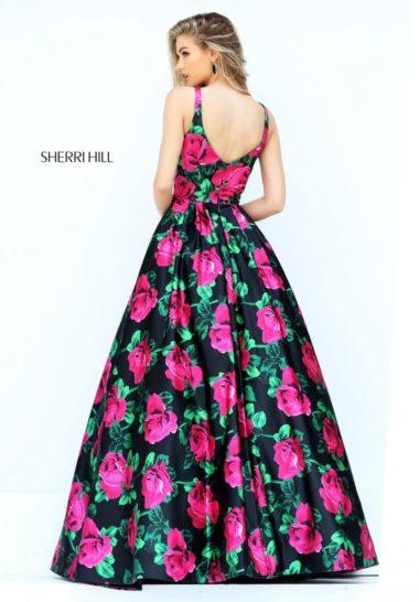 Вечернее платье А-силуэта с эффектным цветочным принтом и скрытыми карманами.