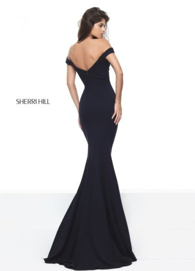 Темно-синее вечернее платье силуэта «русалка» с открытым декольте в форме сердца.