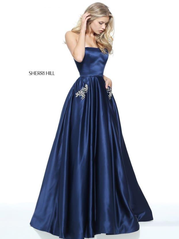 Стильное вечернее платье темно-синего цвета с прямым декольте и скрытыми карманами.