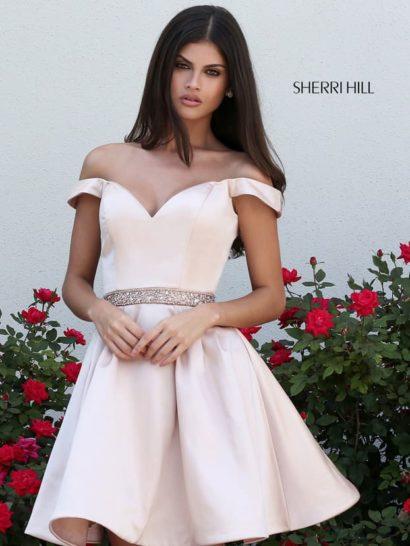 Розовое вечернее платье из атласа с узким поясом и пышной юбкой длиной до середины бедра.