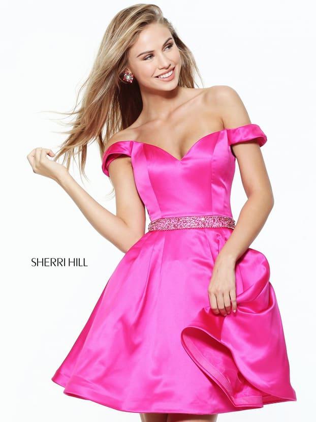 Атласное вечернее платье розового цвета, с открытым декольте и короткой юбкой.