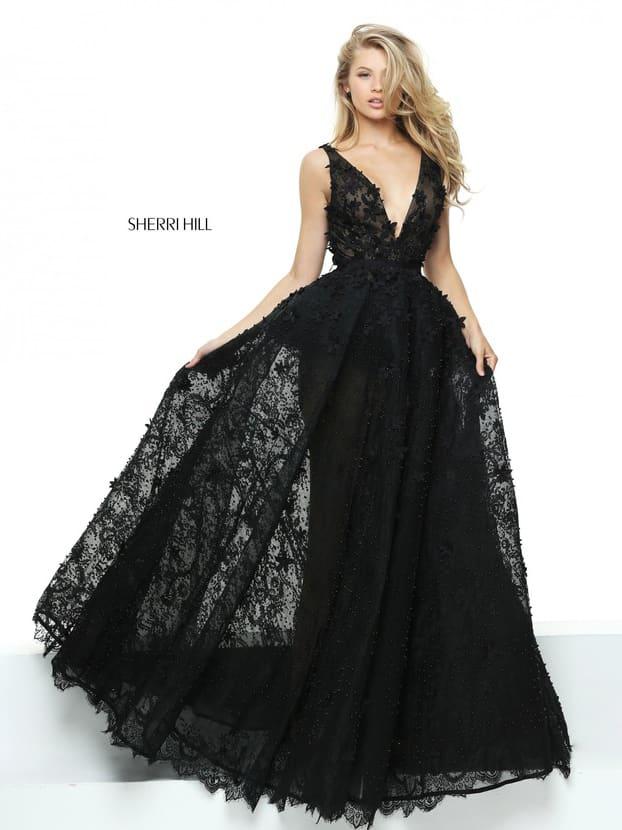 Черное вечернее платье с полупрозрачным верхом юбки и глубоким стильным декольте.