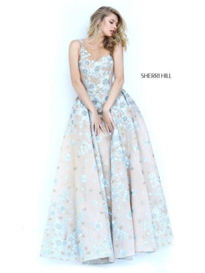 Бежево-голубое вечернее платье с открытым декольте и роскошной двойной юбкой.