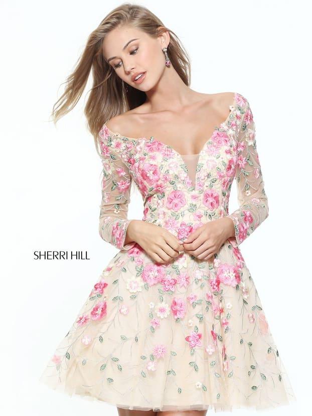 Вечернее платье А-силуэта с длинным рукавом и роскошной цветочной вышивкой.