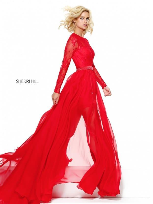 Длинное вечернее платье красного цвета с закрытым верхом и полупрозрачной юбкой.