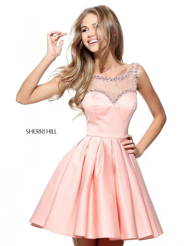 Короткое вечернее платье цвета румян с тонкой вставкой над лифом и пышной юбкой.