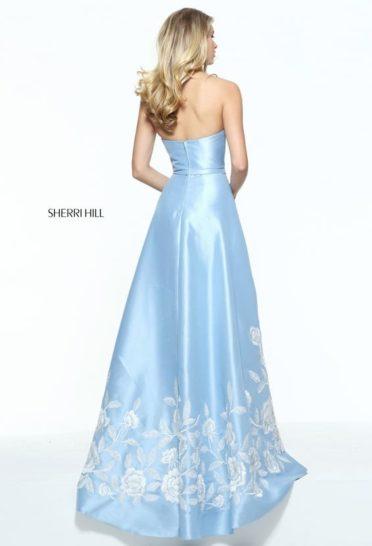 Голубое вечернее платье с роскошной двойной юбкой и лаконичным открытым верхом.