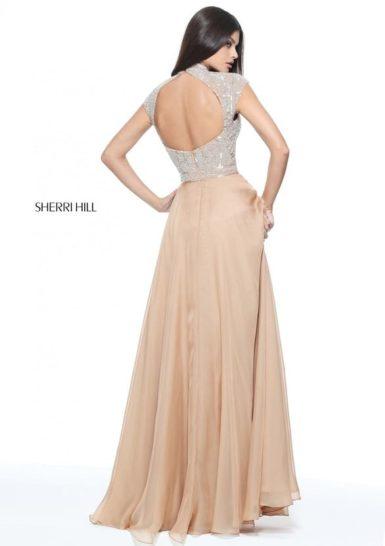 Бежевое вечернее платье со сверкающим декором и длинной прямой юбкой.