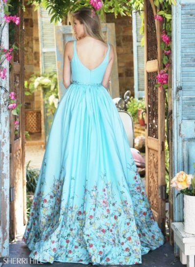 Голубое вечернее платье с верхней юбкой и романтичной цветочной отделкой.