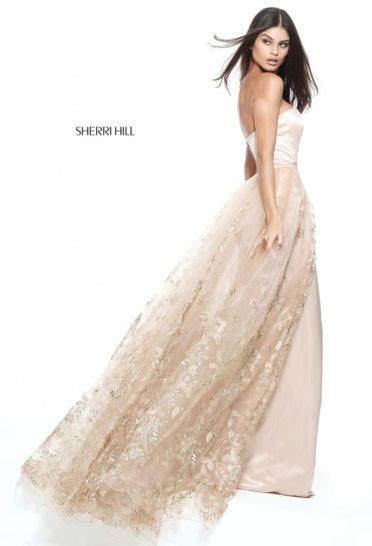 Атласное вечернее платье с кружевной верхней юбкой и женственным открытым лифом.