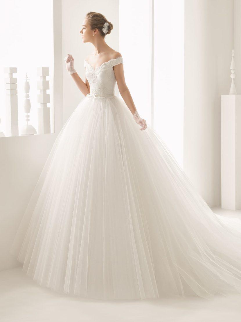 Пышное свадебное платье с V-образным вырезом декольте и длинным объемным шлейфом.
