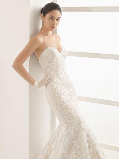 Свадебное платье «русалка» с кружевным декором и вырезом декольте в форме сердца.