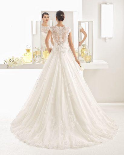 Роскошное свадебное платье с закрытым лифом и полупрозрачной спинкой.