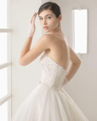 Очаровательное свадебное платье «принцесса» с прямым вырезом декольте и пышным шлейфом.