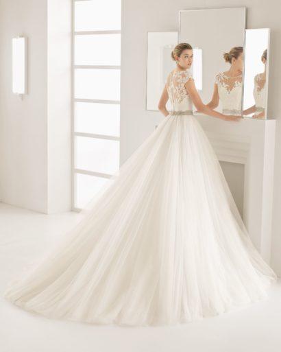 Пышное свадебное платье «принцесса» с романтичной кружевной отделкой по лифу.