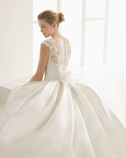Пышное свадебное платье с закрытым кружевным лифом и скрытыми карманами.