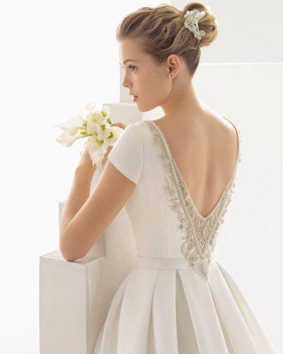 Стильное атласное свадебное платье пышного кроя с коротким рукавом и вырезом сзади.